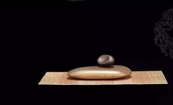 这黑黑丑丑的石头,比和田白玉还要贵!