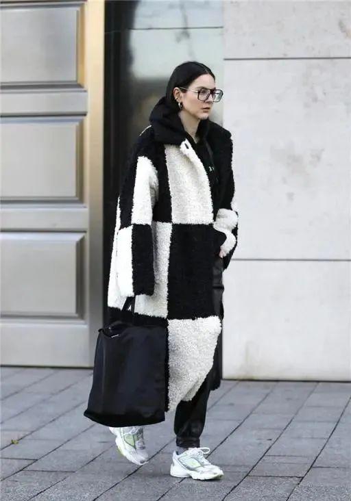 """秋冬必备的""""羊羔毛"""",怎么搭配更时髦?这些搭配"""